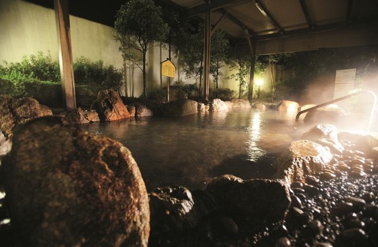 露天温泉岩風呂「宮津の湯らゆら温泉」夜の風景。