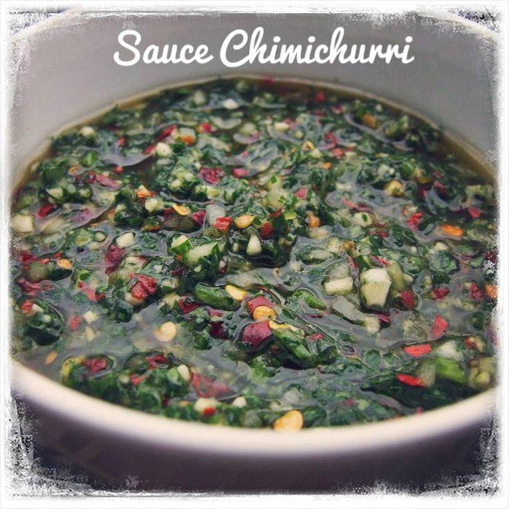 Sauce Chimichurri - Cette sauce peut-être servie avec vos grillades, mais aussi avec des empanadas, et peut également servir de marinade. #BBQ #barbecue