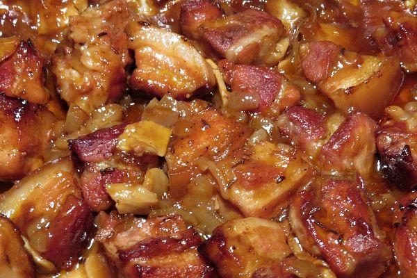 Pivní vrabci  Kostky bůčku (bez kosti) ochucené kmínem, solí a pepřem, upečené v troubě zasypané cibulí a česnekem, podlité pivem smíchaným s worcesterskou omáčkou a kečupem. 1 kgbůčku bez kosti 2 větší cibule 1 palička česneku 4 dl světlého piva 4 PL rajského protlaku 1 PL worchestru kmín pepř sůl  Bůček nakrájíme na kostky, cibuli na proužky, česnek na plátky, vložíme do pekáče, dochutíme, posypeme cibulí a česnekem Pivo rozmícháme s protlakem zalijeme  Pečeme na 200 °C