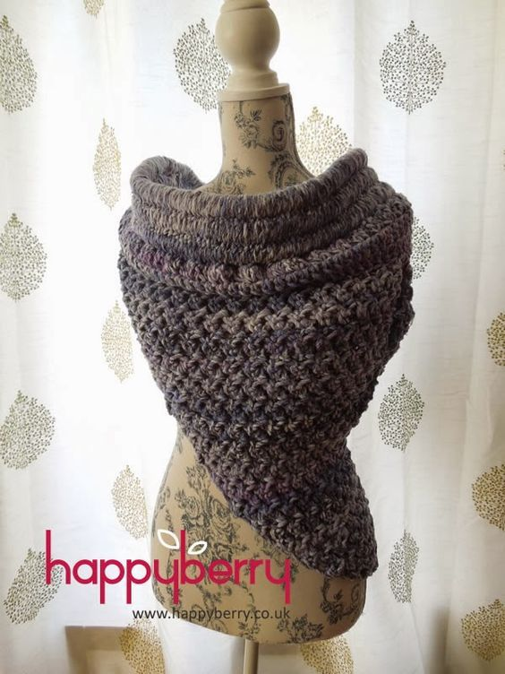 Katniss-Inspired Solomon Cowl - Free crochet pattern. This cowl uses the single crochet stitch, double crochet stitch and the Solomon/half knot stitch.