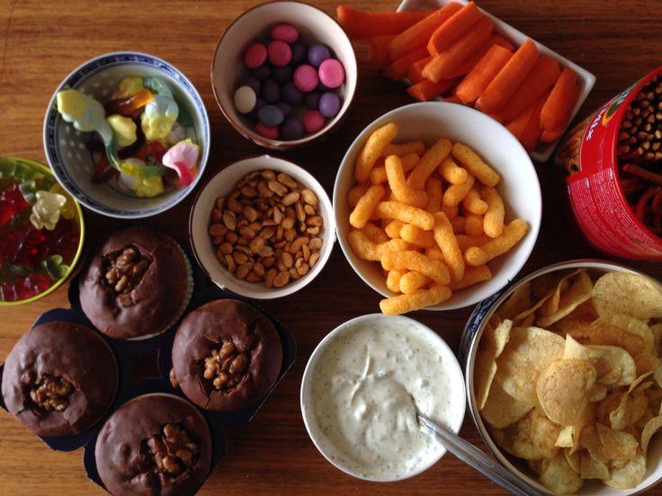 Fredagshygge. Kage, slik, chips og Gulerødder. Så er der både til den søde, salte og sunde smag.