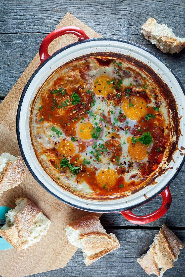 In veel landen eten ze shakshuka als ontbijt. Lekker met eieren en tomaten, perfect om met een goed stuk brood in te dippen! Klaar in een half uur.