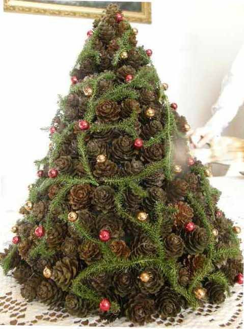 Choinka z szyszek Autor: kazia.wodnik #QSQ #Christmas #tree #ornament #inspiration #idea #decor #green #red #gold #natural #minimal #pine #cone #spruce #handmade #homemade #DIY