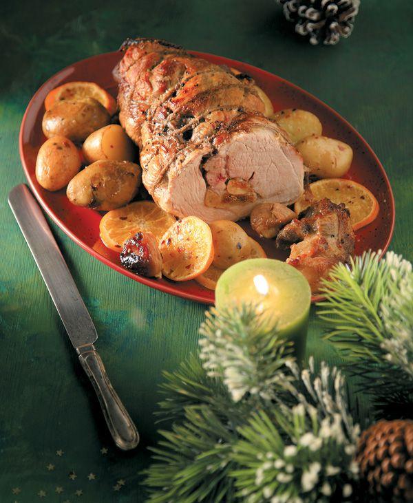Χοιρινό με πορτοκαλένιες πατάτες. Γεμιστό με γραβιέρα και σύκα, ωραία μελωμένο, με μια νόστιμη σάλτσα και καλοψημένες πατάτες φούρνου, αυτό το γιορτινό πιάτο θα κερδίσει τις εντυπώσεις στο τραπέζι της γιορτής.