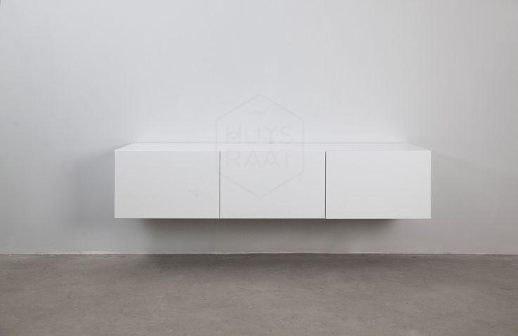 Minimalistische greeploze tv kast met 3 klepdeuren. Dit zwevende tv meubel is voorzien van onzichtbaar ophangsysteem. Afmetingen van dit tv meubel: L 165 cm * D 40 cm * H 35 cm.