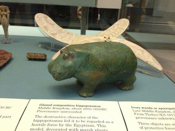 私の大好きなEGYPTのカバ、ウィリアムくん(発見した人がウィリアムさんでそう呼ばれているらしい) うちではUSBと陶器のウィリアムくんが私の帰りを待っています。 Day 49 ENGLAND London 1日目 Londonのシンボルと大英博物館 - 55days zakka packer