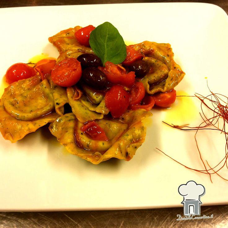 Tortello ripieno di burrata, con olive leccine, pomodorini ciliegino e basilico