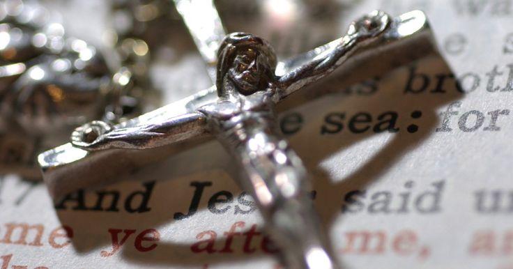 Ideas de regalos para la confirmación de un niño . La confirmación es el tercero de los sacramentos católicos de iniciación y por lo general se lleva a cabo en los últimos años de la escuela primaria o a principios de la secundaria. Durante la ceremonia, la persona elige el nombre de un santo patrono con quien está relacionado o con el que se siente especialmente reconfortado y toma ese nombre ...