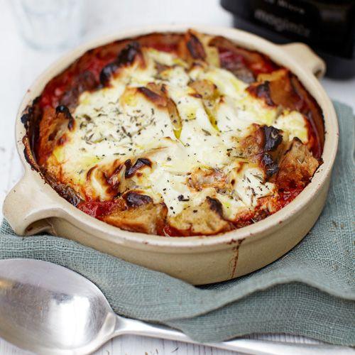 Verwarm de oven voor op200 ºC. Doe een scheut olijfolie in een panen bak de plakjes chilipeper en knoflookgoudbruin. Voeg tomaat, zout en pepertoe; laat 5 minuten koken tot de saus ietsindikt. Laat iets afkoelen en pureer...