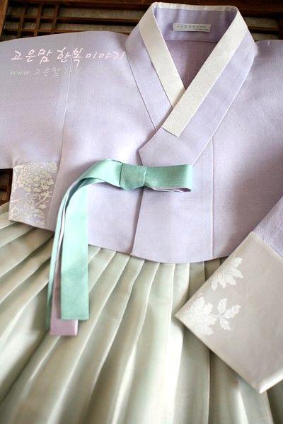 연 라일락향기 저고리에 아주 미색 옥색치마 아주 깨끗하면서도 청순한~ 고은 한복색입니다~ 결혼한 어머님...