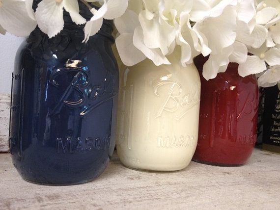 Verf een paar glazen potten in de nationale driekleur en vul deze met bloemen. Eenvoudig en stijlvol.