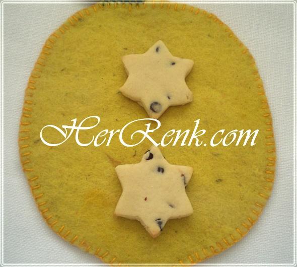 DAMLA ÇİKOLATALI KURABİYE   Un kurabiyesi tadındaki bu kurabiyeeleri şekilli kalıplarla hazırlayarak, çocuklarınıza eğlenceli kurabiyeler hazırlayabilirsiniz. Ancak daha pratik olsun istiyorsanız ya uzun fitiller şeklinde hazırlayarak, dilimler halinde keserek yahut klasik kurabiye şekli olan yuvarlak şekillerde de hazırlayabilirsiniz.  http://www.herrenk.com/sdetay.asp?id=1026=2026
