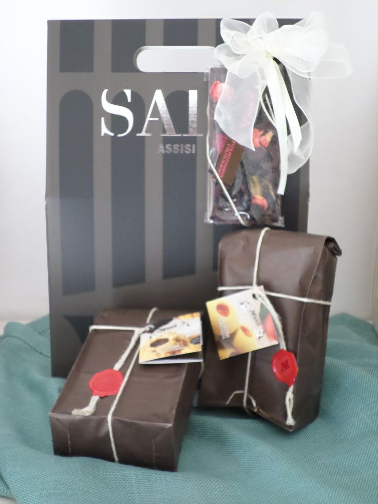 "SAIO Assisi box with handmade ""Frolle"" to enjoy pared with wine"