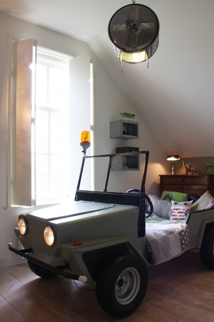 Real working lights, kids bed. Very cool. Light is washer tub....