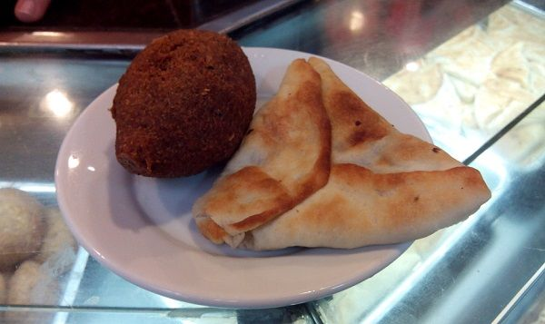 Esfiha and Kibe, traditional Syrian - Lebanese food. Rotisseria Sirio Libanesa, Largo do Machado. Rio de Janeiro