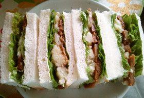 照り焼きチキンとポテトのサンドイッチ