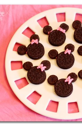 check out these Minnie Mouse cookies out of oreos - super easy but super cute, it's a win-win!