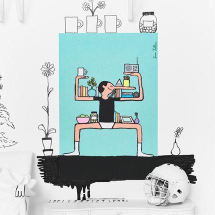 Een poster met een tekening van een man met een lange neus die met zijn armen en benen een plank vormt voor boeken en wissellijsten.