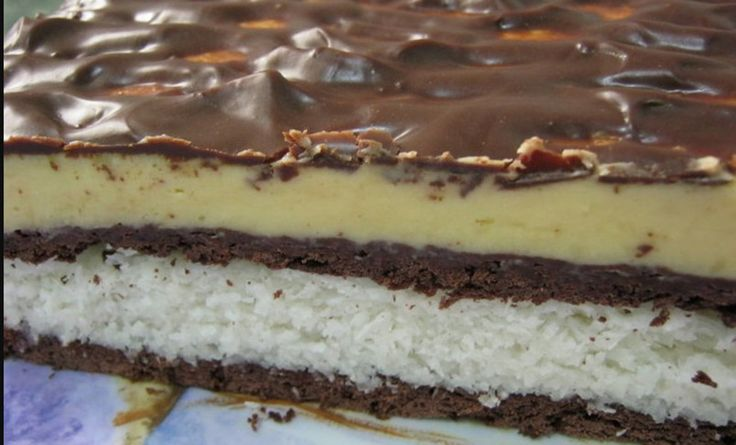 """Prăjitura """"Diafană"""", o reţetă extrem de simplă, cu un gust minunat! E gata în 15 minute Prăjitura """"Diafană"""" este o combinaţie delicioasă între vanilie, ciocolată şi cocos. Se pregăteşte foarte rapid şi nu ai nevoie de"""