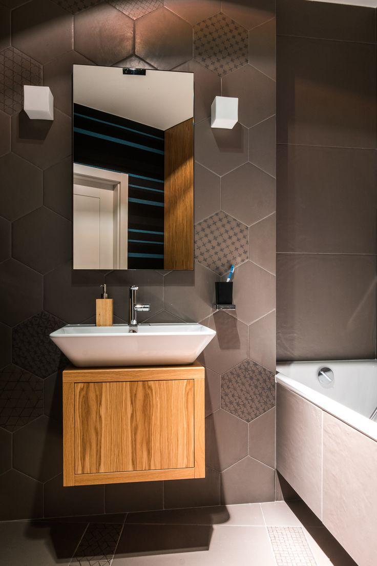 Mieszkanie na Bemowie - łazienka - tryc.pl #bathroom #wallpaper #wood #hexagonal #tiles