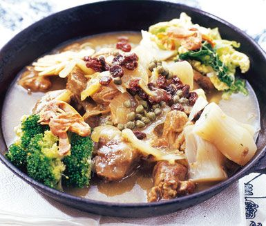 Lammfrikassé med kapris och russin är en härligt smakrik gryta av lammkött, morötter, purjolök och lök. Lammgrytans goda smak kommer från kryddor som muskot, russin och kapris.
