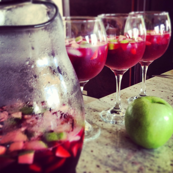 Mi receta de sangría: una taza 7up Light, 3/4 taza de jugo de naranja, manzana verdes con cáscara en cuadritos y fresas cortadas y buen vino tinto (4tazas) agregue también: uvas verdes, melocotón!