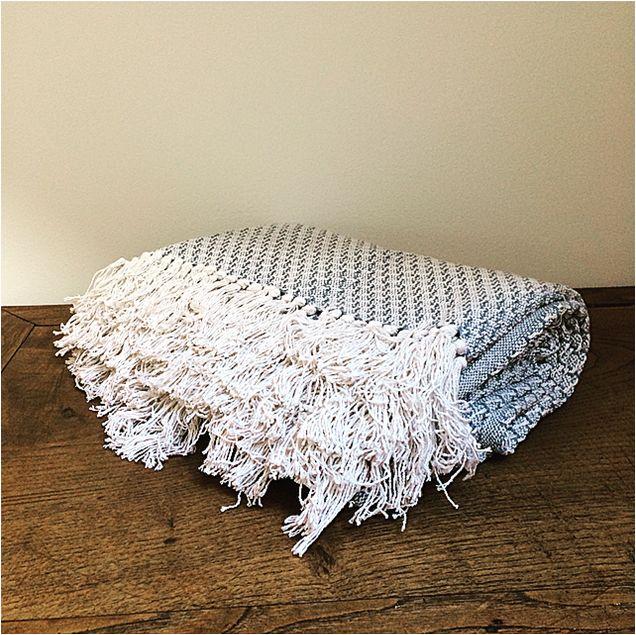 Plaid Blanc/Bleu, pour votre espace détente, ambiance cosy assurée, chez l'Atelier d'Hiris, location de décoration 44
