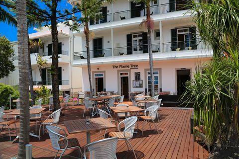 The Flame Tree  Description: Ligging: The Flame Tree ligt rustig op een heuvel boven Funchal op ca. 15 km van het nieuwe centrum het Lido strand en zwembadencomplex met toegang tot de zee. Het oude centrum ligt op ca. 25 km. Dichtstbijzijnde winkels en bars vindt u op ca. 500 m. Er bevindt zich een bushalte met regelmatige (lokale) busverbinding naar Funchal op ca. 50 m afstand van The Flame Tree. In de directe omgeving van het hotel is er gratis parkeergelegenheid. Faciliteiten: De 39…