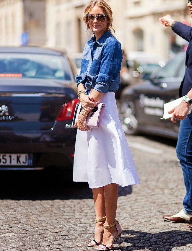 Chemise en jean nouée sur le devant + jupe midi blanche + talons hauts perchés = le bon mix