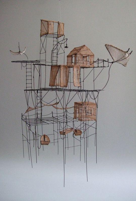Isabelle Bonte_les éleveurs de poissons volants - sculpture suspendue Fil de fer & tarlatane teintée H 43 X 25 X 40 cm