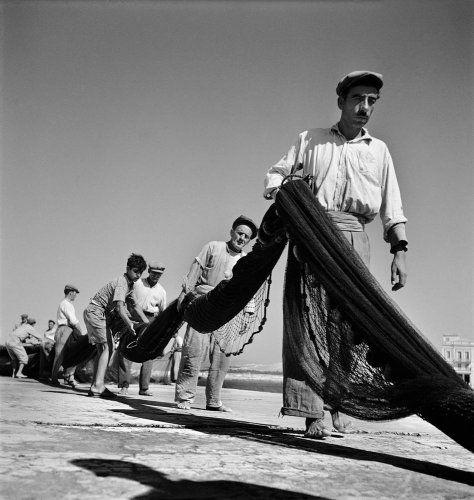 Ψαράδες κουβαλάνε δίχτυα. Αίγινα, 1950-1955 Βούλα Θεοχάρη Παπαϊωάννου