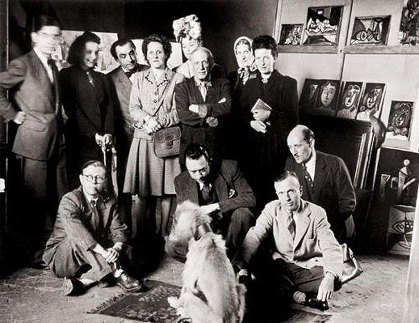 Пабло Пикассо, Симона де Бовуар, Жан-Поль Сартр, Альбер Камю и другие позируют с афганской борзой Пикассо по кличке Казбек, 1944 год.