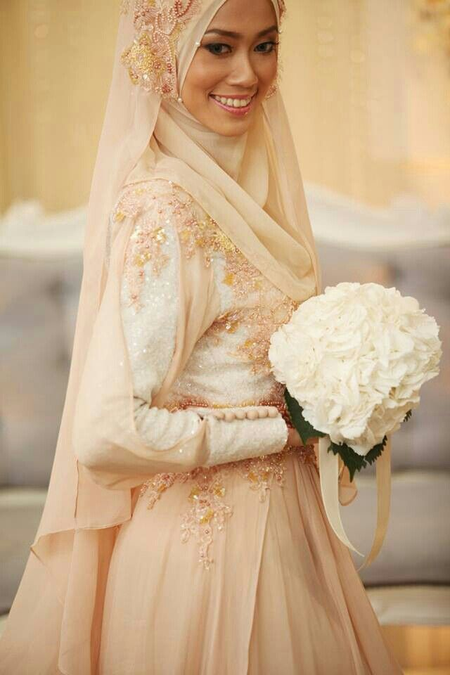 Beautiful blush tones <3 You can create a veil effect with an extra long hijab. Advantage: looks way more effortless and subtle than adding an actual tulle veil over.