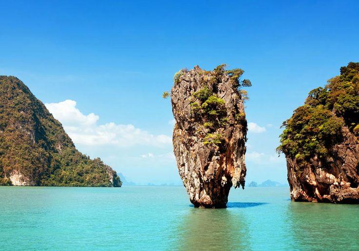 Phuket i Thailand er kendt for den smukke James Bond Island - en sjov klippeformation ud for kysten.