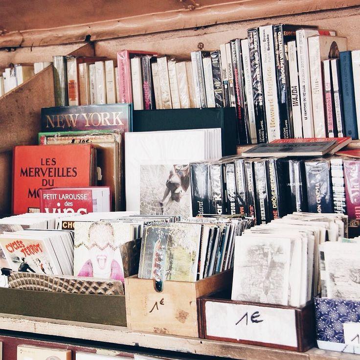 Французы жутко любят читать: и малыши и взрослые и даже туристы проникаются этой любовью к чтению. Я тоже не исключение. Причем читают они не электронные книги или гаджеты а старые добрые книги.  Сама уже не могу удержаться проходя мимо книжных лавок. Обязательно загляну. В Алмате вечно не успевала читать или переносила книги в киндл. А теперь влюбилась в запах старых книг в книжных магазинах. Потрепанные желтые страницы словно придают особый парижский шарм.  Мы с дочей полюбили походы в…