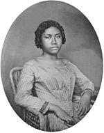 Liliʻuokalani, Reina de Hawái (2 de septiembre de 1838 - 11 de noviembre de 1917), antes de nombre Lydia Kamakaʻeha, también conocida como Lydia Kamakaʻeha Pākī, con el nombre real que eligió de Liliʻuokalani, y después Lydia K. Dominis, fue la última monarca del Reino de Hawái.
