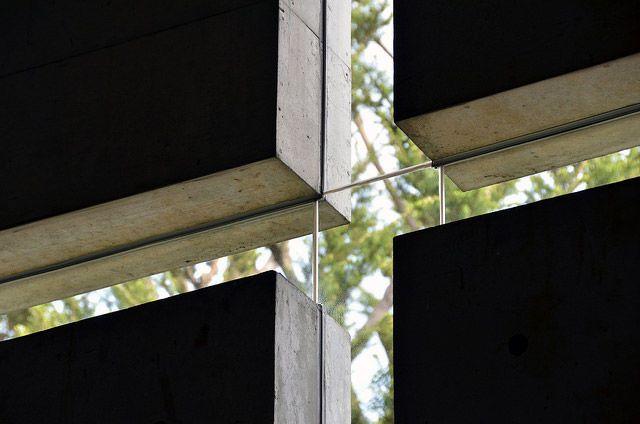 大阪府茨木市にある茨木春日丘教会を40枚の写真と図面、建築データで紹介。壁一面に切込みを入れた光の十字架が印象的な安藤忠雄氏の代表作。