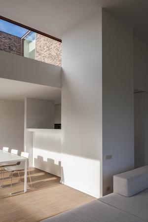 Door met niveaus te werken, wordt de ruimte optimaal benut. -- Caan Architecten - een halfopen woning in Hansbeke