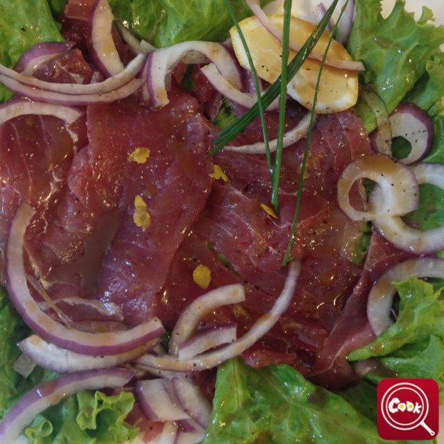 Carpaccio di tonno crudo. Scopri la #ricetta su www.acook.it. Segui i gustosi piatti dei #cuochi di acook e vota i tuoi preferiti. #BuonAPPetito