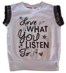 Meisjes zomer shirt - Love what you listen to van #mash #junior een stoer zomer shirt van een grijze glitter stof afgewerkt met leuke stenen
