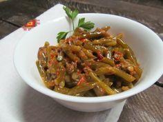 Чесночные стрелки, томатная паста, соль, перец, кориандр, растительное масло, сметана.