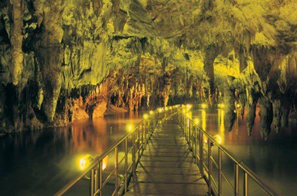 Εν Ελλάδι: Ένα μαγευτικό υπόγειο ποτάμι στην Ελλάδα