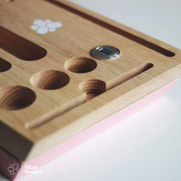 Schmink-Organizer von 4Kant Designs – Handgefertigt – Holz Eiche – Hohe verarbeitungs Qualität -Produktdaten: Maße (Länge x Breite x Höhe ): 33cm x 20cm x 6cm Holz: Eiche, nauturbelassen Oberflache: Geschliffen / weiß/hell-roas Lackiert (Wasserbasis Lack) Besonderheiten: USB 3.0