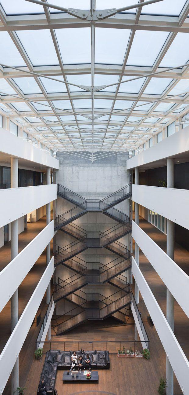 """""""O espaço foi pensado de maneira que interior e exterior se fundissem por meio de grandes superfícies de vidro, equipadas com filtros e cortinas, inundando os espaços com luz natural"""", afirma o arquiteto Paolo Mantero. #arquitetura #vidro #diesel"""