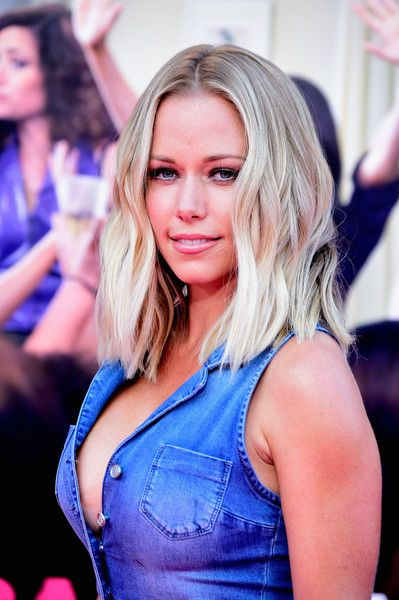 Kendra Wilkinson Medium Wavy Cut - Kendra Wilkinson topped off her look with beachy blonde waves when she attended the premiere of 'Bad Moms.'