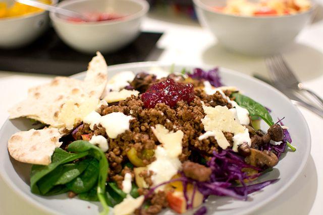 Vilda hösttacos: vildsvinsfärs, heta lingon, pepparrotsdressing, svampfräs, rödkål, lagrad hårdost...