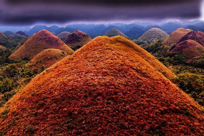 Colinas do Chocolate, Filipinas. Essas montanhas cônicas ficam em Bohol, uma das diversas ilhas que formam o diversificado arquipélago das Filipinas. Em períodos mais secos, a vegetação muda de cor, tornando-se marrom, e por isso as colinas têm esse nome.