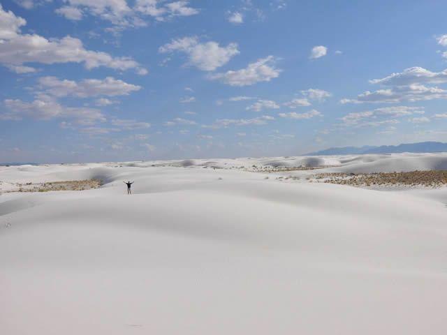 Las dunas de arena blanca en el Monumento Nacional de White Sands en Nuevo México, se ven como la nieve, y cubren 275 millas cuadradas de desierto.                                 25 de los paisajes más surrealistas en la Tierra