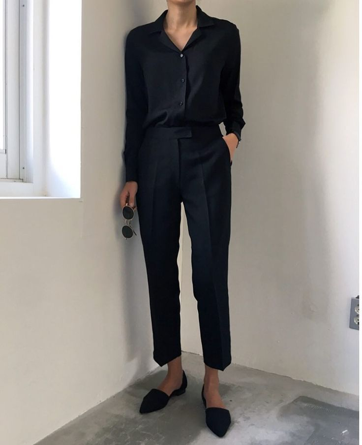 Clean chic in black with high rise cropped trouser…