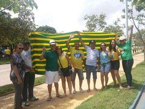 Os moradores saíram do bairro Cidade Nova EM PARAGOMINAS e seguiram pela rua 15 de Novembro até a praça Célio Miranda. Ao final, vestidos com as cores da bandeira brasileira, eles cantaram o hino nacional.  18/03/2016.